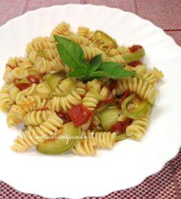 Pasta con zucchine e pomodorini, semplice e veloce