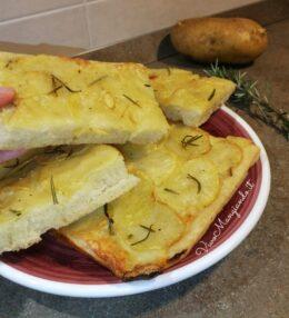 Focaccia con patate e rosmarino, morbida e profumata