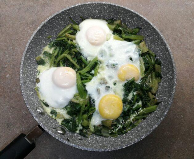 bietole e uova in padella