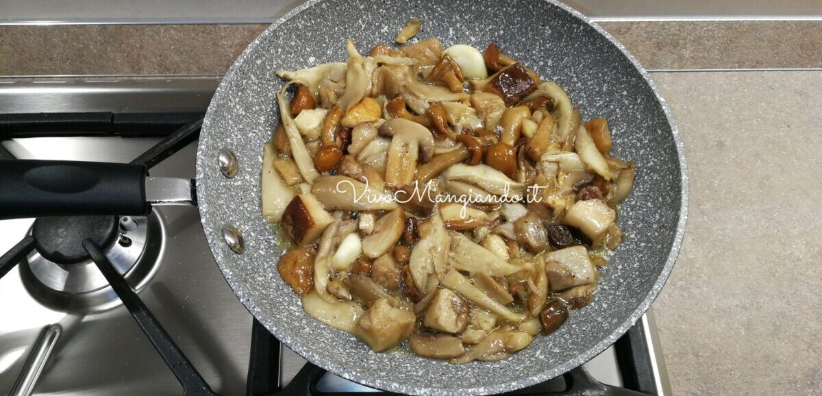 strudel salato con funghi e mozzarella