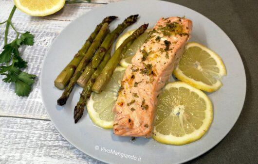 salmone con asparagi al forno