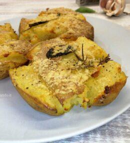Patate al forno schiacciate e aromatizzate